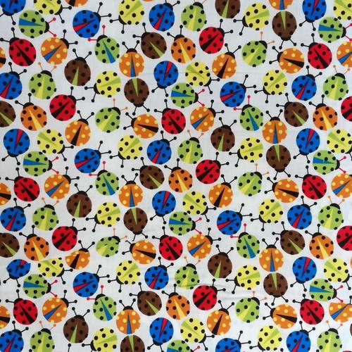 Bawełna - biedronki na białym tle
